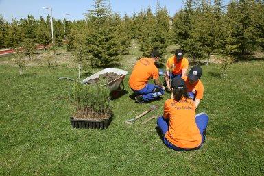 TTAKE ve TT Ankara Kreş Çocukları ağaç dikti
